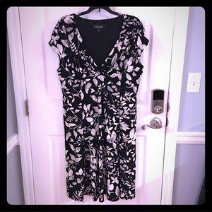 Dresses & Skirts - Black Floral Dress Short sleeve v neck size 18